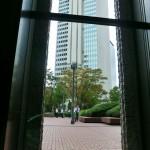 新宿センタービル1階の窓から見える隣のビル
