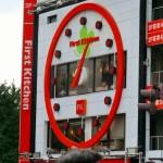 壁いっぱいの大きい時計が印象的